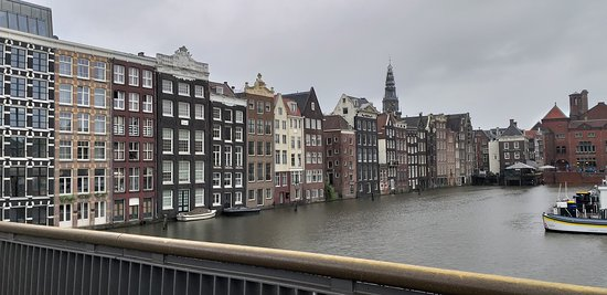 街道旁的運河景觀