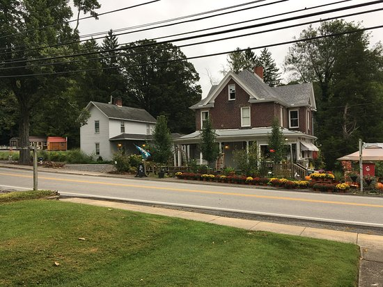 Reedsville, Virginia Occidentale: View of Main house where coffee shop and gift shop are