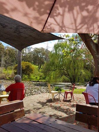Kelmscott, Austrália: Outside Seating overlooking river
