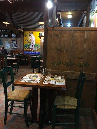 Ibos, França: L'intérieur du restaurant