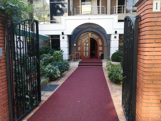 Broadway Hotel: вход в отель