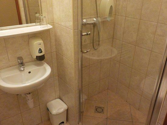 هوتل مترو: Basin and shower