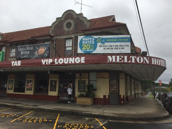 Auburn, Australia: The Melton Hotel has it's own parking.