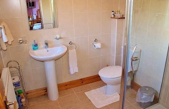 Drummore, UK: Back room twin Ensuite Bathroom