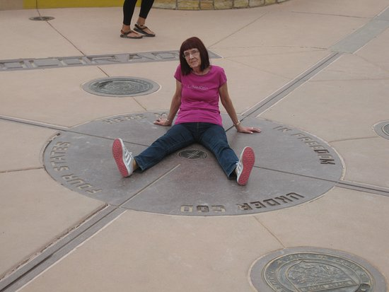 ‪‪Teec Nos Pos‬, ‪Arizona‬: Four Corners Monument, a limb in each of the 4 states at the same time‬