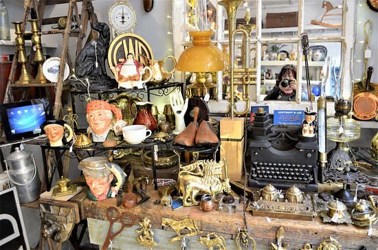 Στάμφορντ, UK: Writer's Corner featuring a Royal Typewriter and ink wells, letter openers etc