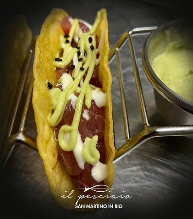 Tacos di tonno con maionese al wasabi, salsa guacamole e sesamo nero