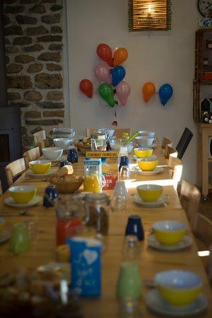 Auris, França: tafel gedekt voor ontbijt