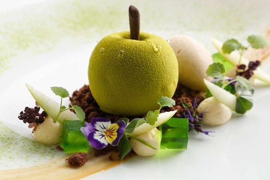 Dessert signature - Pomme Granny Smith, praliné et coulant sésame (352272305)