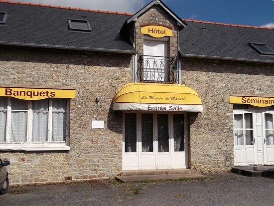 Saint-Aubin-du-Cormier, Frankrike: Côté parking privé