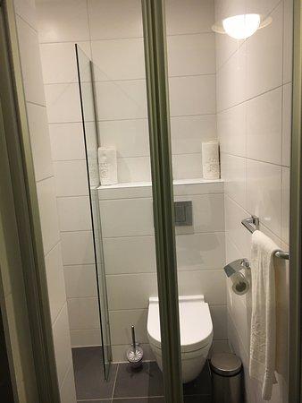 Badkamer met glazen deur - Picture of Delfins Beach Resort ...