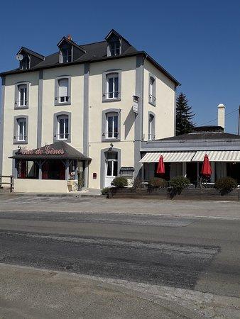 Ambrieres-les-Vallees, Francia: Hôtel- Restaurant LE GUE DE GENES