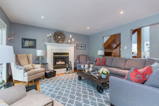 Our guests are welcome to sit in our guest living room during their stay. (352314344)
