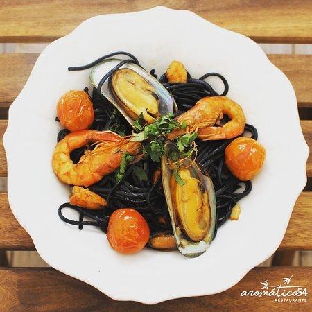 Esparguete negro com mexilhão e gambas