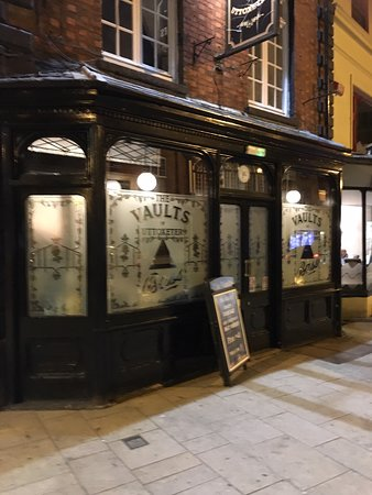 Uttoxeter, UK: The charming frontage of the Vaults ... inside is even better!