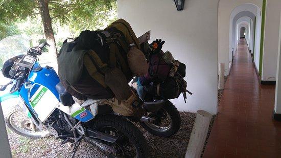 Carmen de Areco, Argentina: Estacionamiento frente a la habitación y pasillo para ir al Hall central.