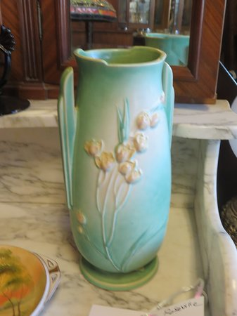 Roseville pottery - Picture of Aardvark Antiques, Newport