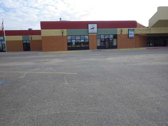 Hibbing, MN: Looks deserted because the center has few tenants but they are in there!