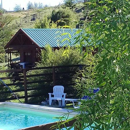 Villa Yacanto, Argentina: Interior de las cabañas y exterior del predio