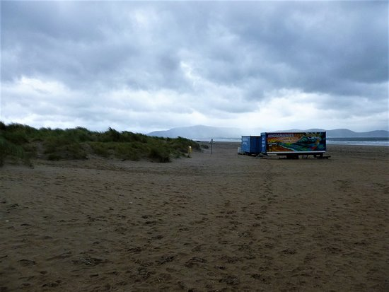 Inch, Irland: Light rain and extremely windy this day