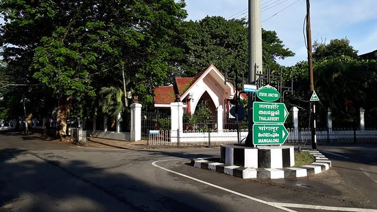 Mahe, Indien: national High way leading to Park and diverting to Thalassery
