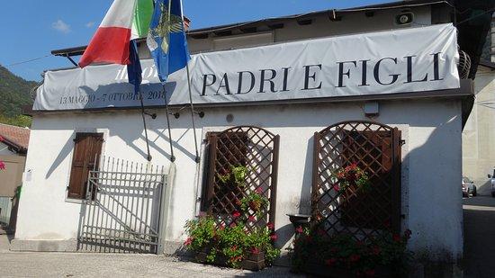 """Tolmezzo, Italie: Illegio - Borgo e mostra """"Pari e Figli"""" - La exposicion"""