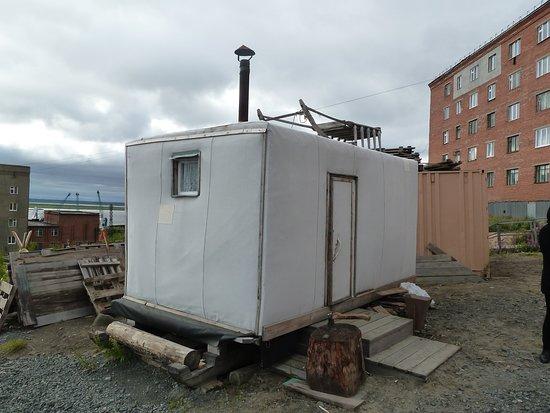 Dudinka, Russland: 8 Rentiere ziehen dieses Schlittenhaus
