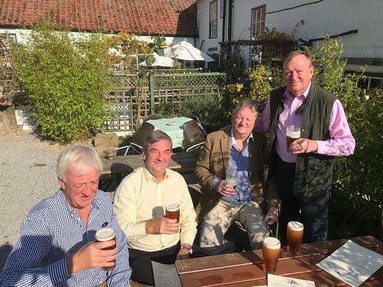 Crathorne, UK: Pre lunch beers outside!