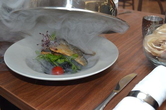 Slany, Republik Ceko: Filet z královské pražmy grilovaný se šalvějí a máslem, podávaný s krémovým sépiovým rizotem
