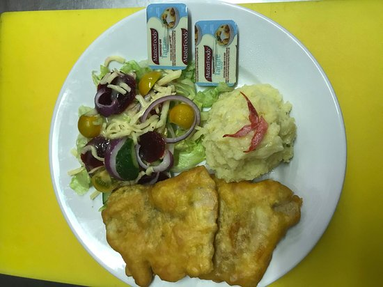 Burketown, Австралия: battered barra with mush potato and salad