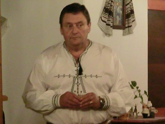 Sibiel, Румыния: Andrei, in costume, ci dà il benvenuto.