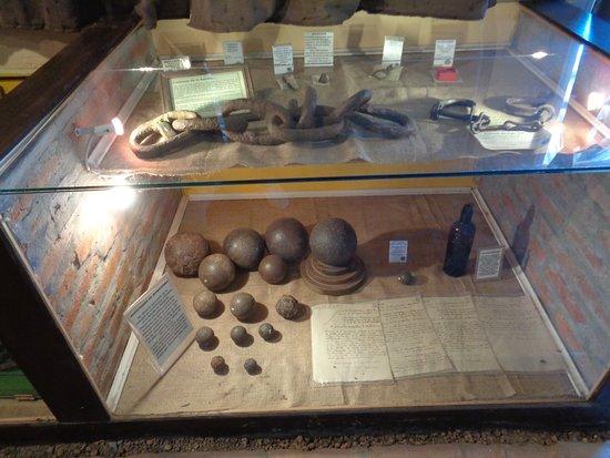San Pedro, Arjantin: Vitrinas con objetos encontrados en el sitio del combate