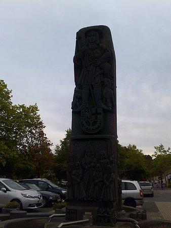 Hurth, Duitsland: Der Brunnen, erzählt im Relief-Darstellungen, eine Lebensgeschichte