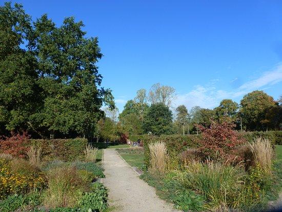 Voerde, Duitsland: Die Parkanlage am Wasserschloss.