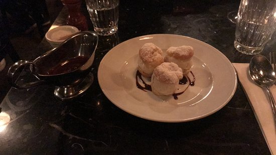 Retour Steak: Profiteroles with hot chocolate sauce