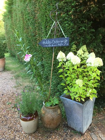 Mayfield, UK: Garden entrance.  Welcoming and always pretty!