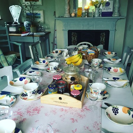 Mayfield, UK: A busy breakfast room in main house!  Enjoy an 'apparently 5star ' breakfast.