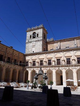 Ucles, Espanha: Claustro del Monasterio de Uclés, se iba a celebrar un convite de boda en él