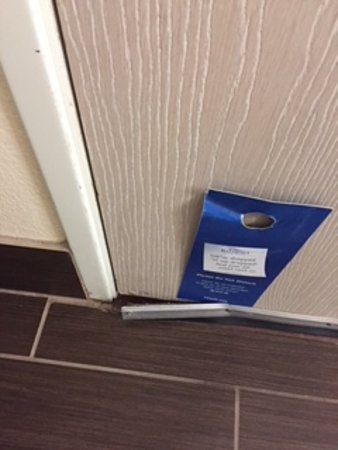 Baymont by Wyndham South Haven: Door trim not secure