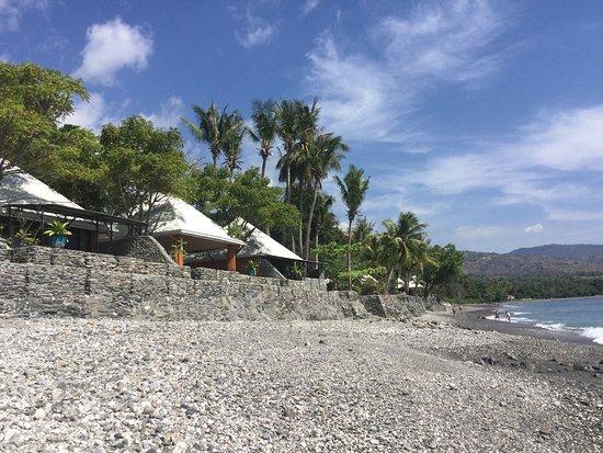 Liquica District, Osttimor: Villas from the beach.