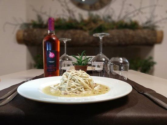 Villa Castelli, Italie: spaghettoni cacio e pepe, guazzetto di gallinella e mandorle tostate