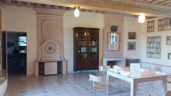 Saint-Sauveur-en-Puisaye, ฝรั่งเศส: Salle aux livres en pages blanches.
