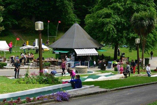 Dinan, Frankrike: Minigolf at Parc des Petits Diables