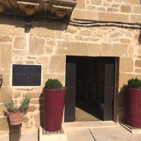 Ábalos, España: De Vino & Rosas