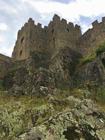 Meyras, ฝรั่งเศส: Au pied de l'éperon rocheux sur lequel est bâti le chateau....