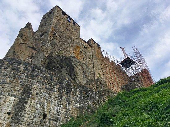 Meyras, ฝรั่งเศส: Petit à petit le chateau reprend sa forme d'antan ...