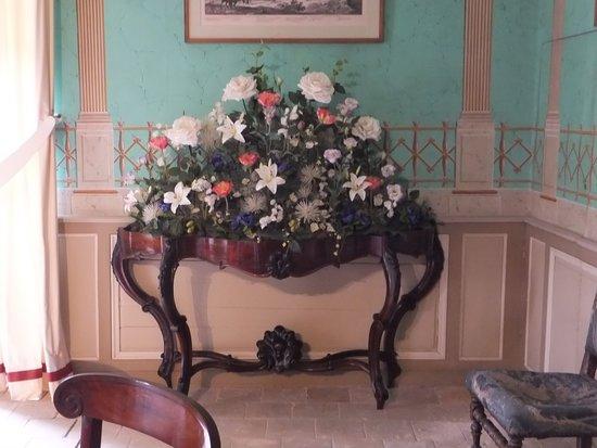 Sache, France : Composition floral dans la salle à manger.