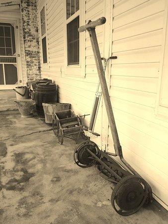 Ethridge, Tennessee: Dawdi Haus Museum front porch at the Amish Heritage Farm Museum