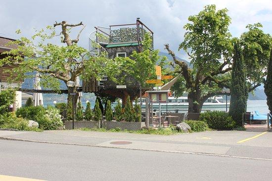Faulensee, Switzerland: Baumhaus von aussen