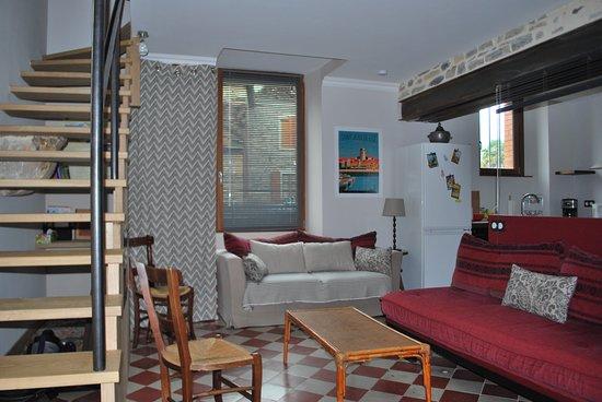 Castetnau-Camblong, France : salon tout confort, cuisine adjacente
